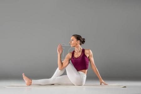 Photo pour Femme pratique l'yoga, assis dans le Seigneur de la moitié de l'exercice de poissons, Ardha Matsyendrasana pose - image libre de droit