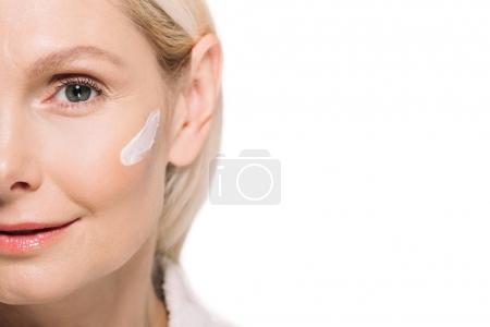 Photo pour Séduisante femme mature avec crème cosmétique sur le visage isolé sur blanc - image libre de droit