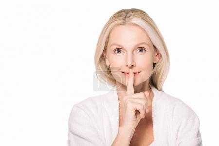 Photo pour Mature femme montrant silence geste isolé sur blanc - image libre de droit