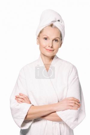 Photo pour Belle femme mature en peignoir et serviette sur la tête isolé sur blanc - image libre de droit