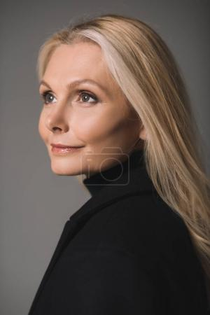 Photo pour Close-up portrait of beautiful mature woman isolated on grey - image libre de droit