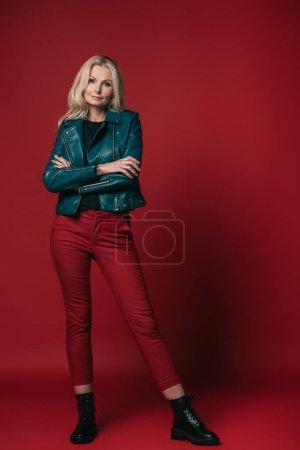 Photo pour Femme d'âge mûr élégante en blouson de cuir rouge - image libre de droit