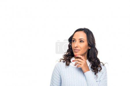 Photo pour Femme afro-américaine pensive avec la main sur le menton à la recherche de suite isolé sur blanc - image libre de droit