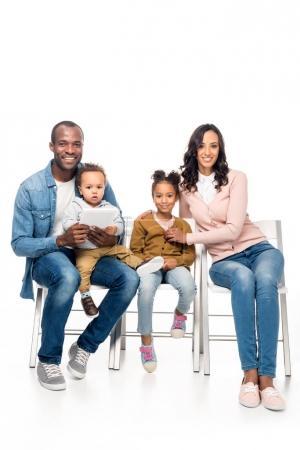 famille afro-américaine avec tablette numérique