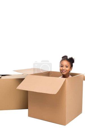 Kind sitzt im Karton