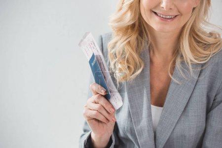 Photo pour Recadrée tir de femme souriante avec billet d'avion - image libre de droit