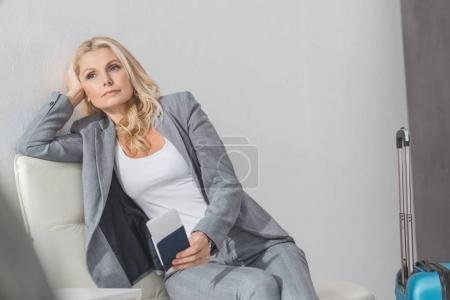 femme d'affaires avec billet d'avion et bagages