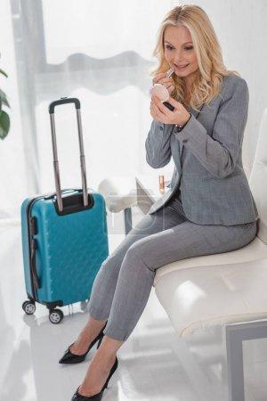 Geschäftsfrau schminkt sich vor Reise