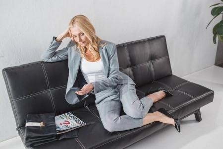Photo pour Vue grand angle de femme d'affaires travaillant avec un ordinateur portable - image libre de droit