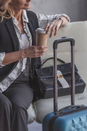 Photo pour Plan recadré de belle femme avec valise et café en attente de vol - image libre de droit