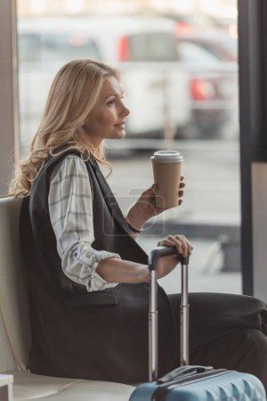 Photo pour Belle femme avec valise et café en attente pour le vol - image libre de droit