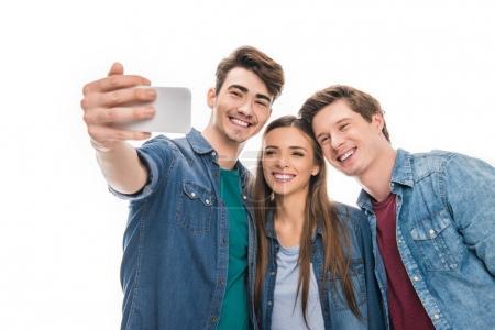 Photo pour Heureux jeunes amis prenant selfie avec smartphone isolé sur blanc - image libre de droit