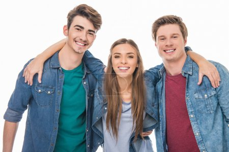 Photo pour Heureux jeunes amis rassemblés et souriant à la caméra isolé sur blanc - image libre de droit