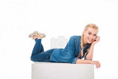 Photo pour Heureuse jeune femme souriant à la caméra alors que couché isolé sur blanc - image libre de droit