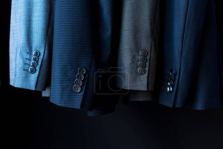 Photo pour Vue rapprochée des vestes de costume à la mode en boutique - image libre de droit