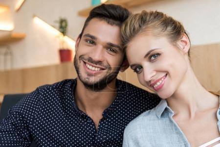 Photo pour Portrait de beau jeune couple heureux souriant à la caméra - image libre de droit