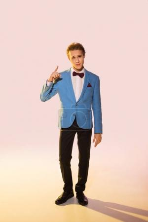 Photo pour Jeune homme en costume tendance vers le haut, rose - image libre de droit