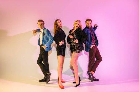 Photo pour Quatre amis glamours, posant ensemble rose - image libre de droit