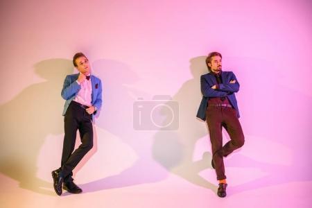 Photo pour Jeunes hommes élégants, posant en costume rose - image libre de droit