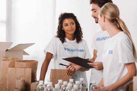 Foto de Grupo de voluntarios multiétnicos felizes trabajando juntos - Imagen libre de derechos