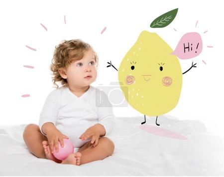 Photo pour Portrait d'adorable tout-petit fille avec balle à la main regardant loin isolé sur blanc - image libre de droit