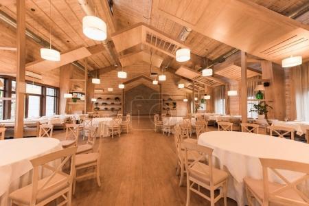 Photo pour Restaurant élégant moderne avec intérieur en bois - image libre de droit