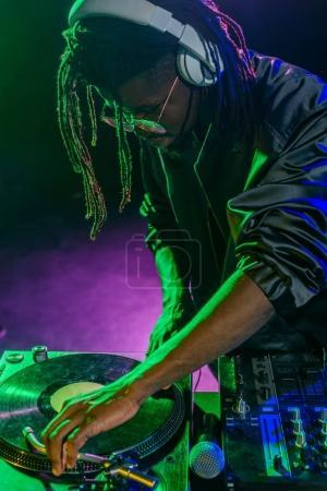 Photo pour Club africain-américain professionnel Dj casque avec ingénieur du son sur concert - image libre de droit