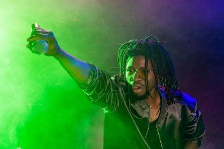 Photo pour Club africain-américain professionnel Dj avec microphone en concert - image libre de droit