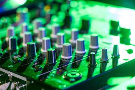 Photo pour Bouchent la vue de l'ingénieur du son en boîte de nuit - image libre de droit