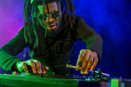 Photo pour Dj professionnel d'afro-américain avec ingénieur du son en boîte de nuit - image libre de droit