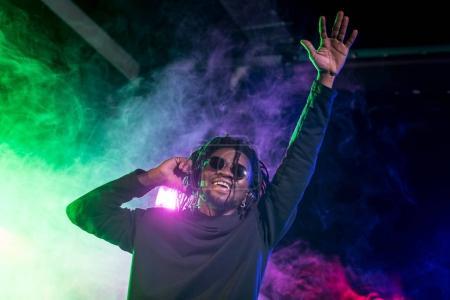 Photo pour Club africain-américain professionnel Dj dans les écouteurs sur le concert de musique - image libre de droit