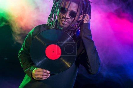 Photo pour Club professionnel afro-américain DJ avec vinyle en boîte de nuit - image libre de droit