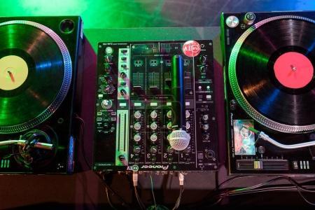 Photo pour Bouchent la vue table de mixage sonore avec vinyle et d'un microphone dans la boîte de nuit - image libre de droit