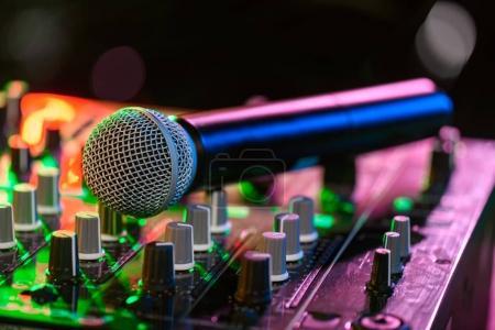 Photo pour Bouchent la vue du mixeur de son avec le microphone dans la boîte de nuit - image libre de droit
