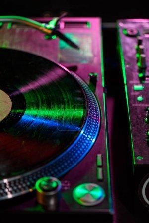 Photo pour Bouchent la vue de l'ingénieur du son avec du vinyle en boîte de nuit - image libre de droit