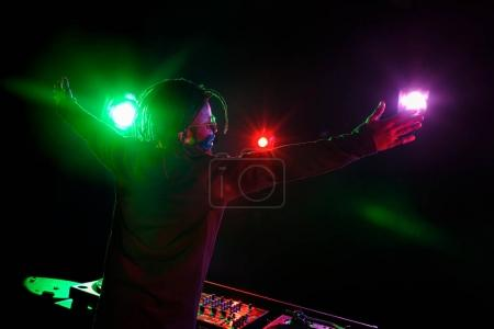 Photo pour Club africain-américain professionnel Dj avec ingénieur du son en boîte de nuit - image libre de droit