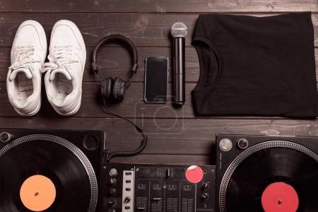 Photo pour Lay plat avec mixeur de son dj, smartphone, casque et micro sur la table en bois - image libre de droit