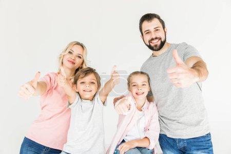 Foto de Familia feliz mostrando los pulgares para arriba y sonriendo a cámara aislada en blanco - Imagen libre de derechos