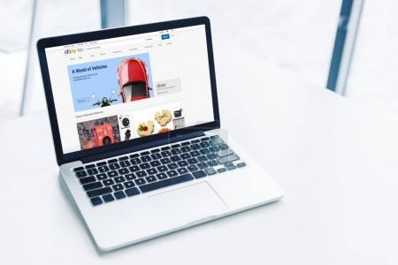 Photo pour Ordinateur portable avec site web ebay sur table blanche - image libre de droit