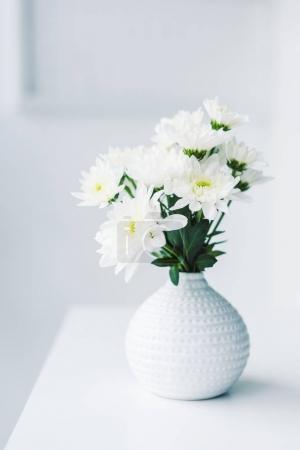 Photo pour Fleurs blanches dans un vase moderne sur la table - image libre de droit