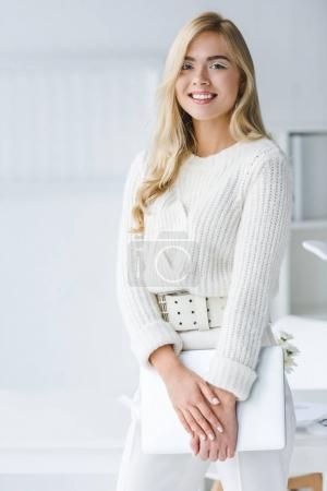 elegante Geschäftsfrau mit Laptop