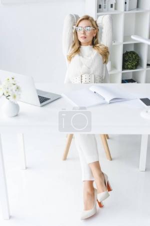 Photo pour Élégante femme blonde witting sur lieu de travail au bureau de lumière moderne - image libre de droit