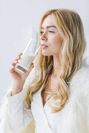 Photo pour La mode jolie femme en manteau de fourrure, boire du lait - image libre de droit