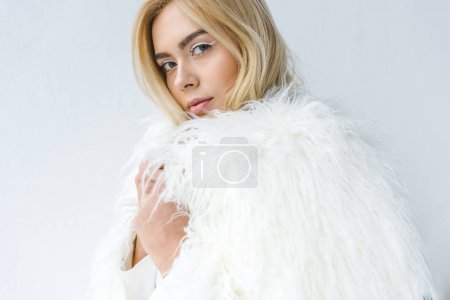 Photo pour Portrait de la mode femme blonde magnifique en manteau de fourrure isolé sur blanc - image libre de droit