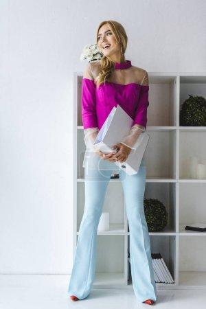 Photo pour La mode femme d'affaires gai avec de la paperasse dans bureau moderne - image libre de droit