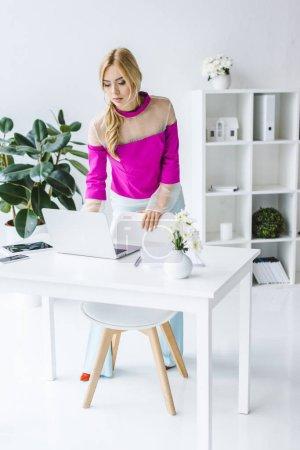 Photo pour Femme d'affaires élégant travail avec ordinateur portable au lieu de travail dans le bureau moderne - image libre de droit