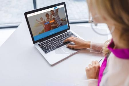woman using laptop with couchsurfing