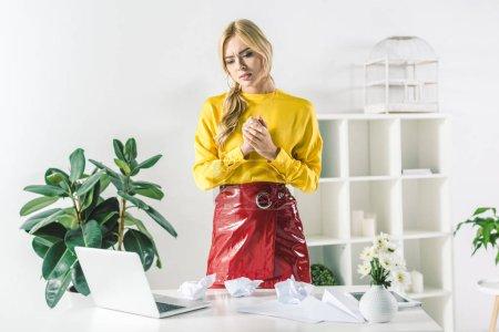 Photo pour Femme d'affaires à la mode, travailler avec des documents et ordinateur portable au bureau moderne - image libre de droit