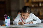 """Постер, картина, фотообои """"маленький ребенок сидел за столом и рисование в записках дома"""""""