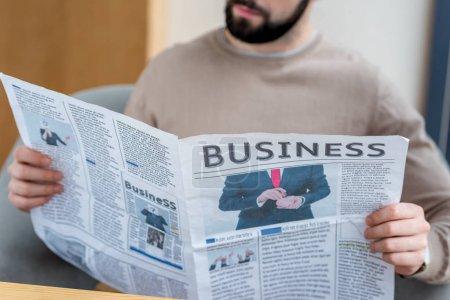 Photo pour Cropped image d'homme lisant le journal d'affaires - image libre de droit